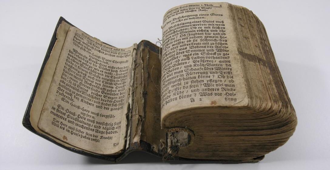 ein sehr altes Buch im Zustand vor Restaurierung